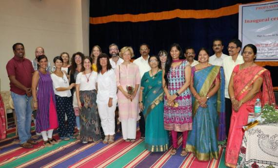 El equipo de docentes que impartirá clases de idiomas y habilidades comunicativas durante los próximos 9 meses de curso junto a representantes de la FVF y la Universidad Sri Krishnadevaraya. © Yanina Foti / FVF